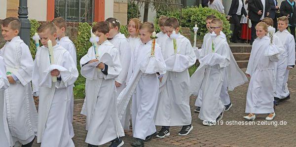 Besonderer Tag Für Viele Kinder Erste Heilige Kommunion Empfangen